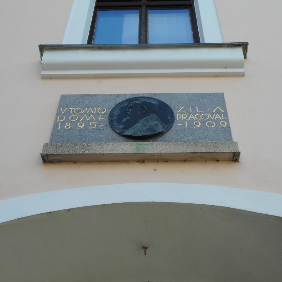 obrázek k Stezka po bronzových deskách, bustách a pamětních deskách