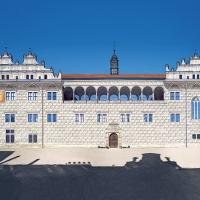 obrázek k Pohled na jižní stranu renesančního zámku s ojedinělými oboustranně otevřenými arkádami ve II. patře.