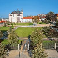 obrázek k Neobvyklý pohled na Klášterní zahrady s kostelem Nalezení sv. Kříže a piaristickou kolejí, v pozadí vpravo zámecké štíty, v pozadí vlevo pedagogická škola