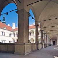 obrázek k Průhled prvním patrem otevřených zámeckých arkád do vnitřního nádvoří