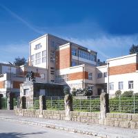 obrázek k Průmyslová škola z roku 1929, dnes Technická škola, výjimečný příklad zdařilé moderní architektury 1. poloviny 20. století, vyzdobena alegorickými pískovcovými sousošími akad. sochaře Jaromíra Máry
