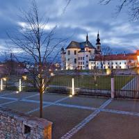 obrázek k Klášterní zahrady s kostelem Nalezení sv. Kříže a piaristickou kolejí, pod zahradami se rozkládá město s radniční věží