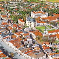 obrázek k Pohled na Smetanovo náměstí, vpravo Klášterní zahrady s kostely Povýšení a Nalezení sv. Kříže, v pozadí zámecký areál