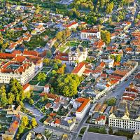 obrázek k Vpravo Smetanovo náměstí s pedagogickou školou, vlevo zámecký areál a areál Klášterních zahrad
