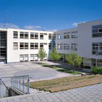 obrázek k Základní škola třetího tisíciletí podle návrhu Aleše Buriana a Gustava Křivinky, dvůr je ukončen venkovním amfiteátrem