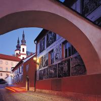 obrázek k Ulice Josefa Váchala s novodobou sgrafitovou výzdobou s motivy Váchalova Krvavého románu, v pozadí budova starého gymnázia a Piaristický kostel