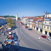 obrázek k Smetanovo náměstí - horní část, vlevo radniční věž, vpravo Piaristický kostel