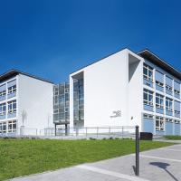 obrázek k Základní škola třetího tisíciletí z let 1995-1998, podle projektu architektů Aleše Buriana a Gustava Křivinky
