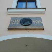 Stezka po bronzových deskách, bustách a pamětních deskách